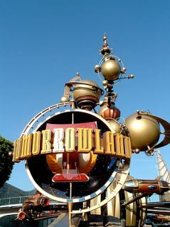 English: Entrance of Tomorrowland at Disneyland